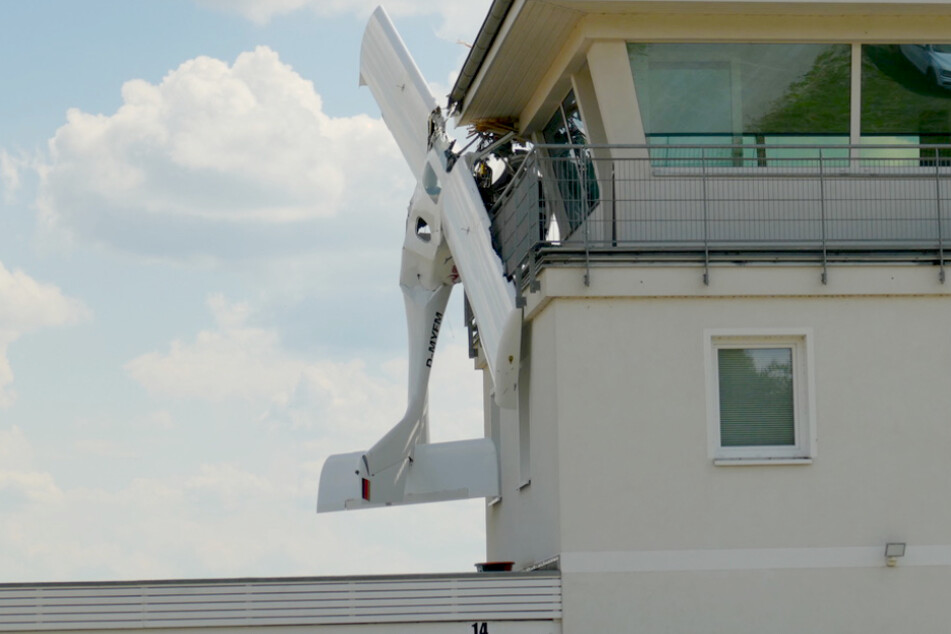 Flugzeug kracht in Tower: Ursache noch immer unklar!