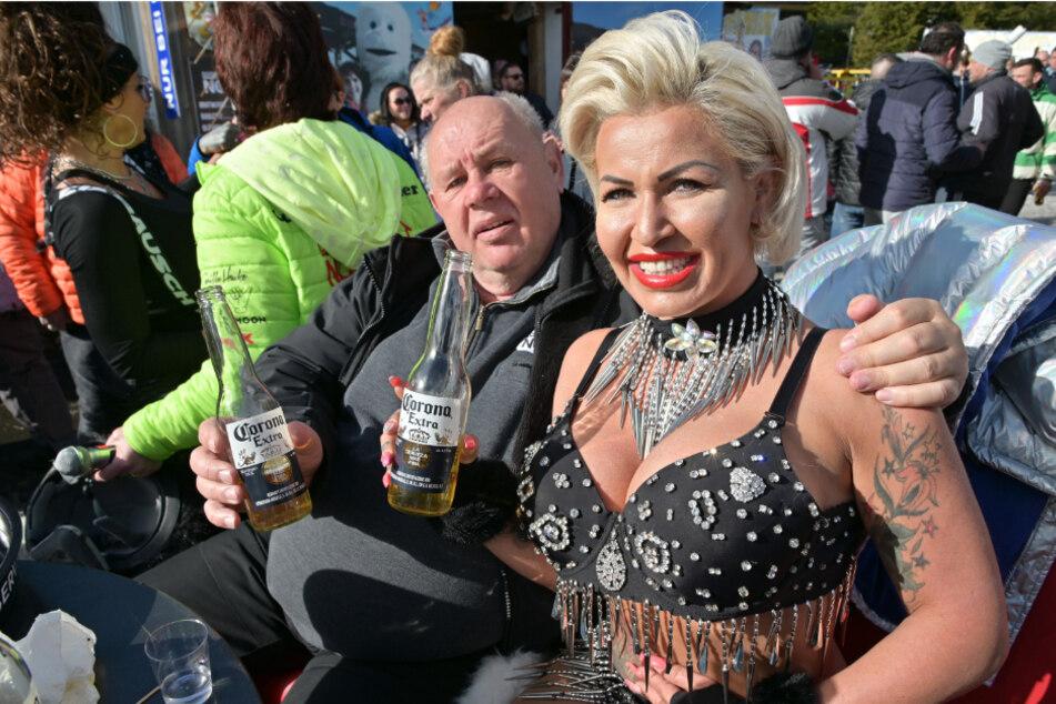 """Genießen """"Corona"""": Nackrodel-Veranstalter Jochen Nöske (67) und Ginger Costello-Wollersheim."""