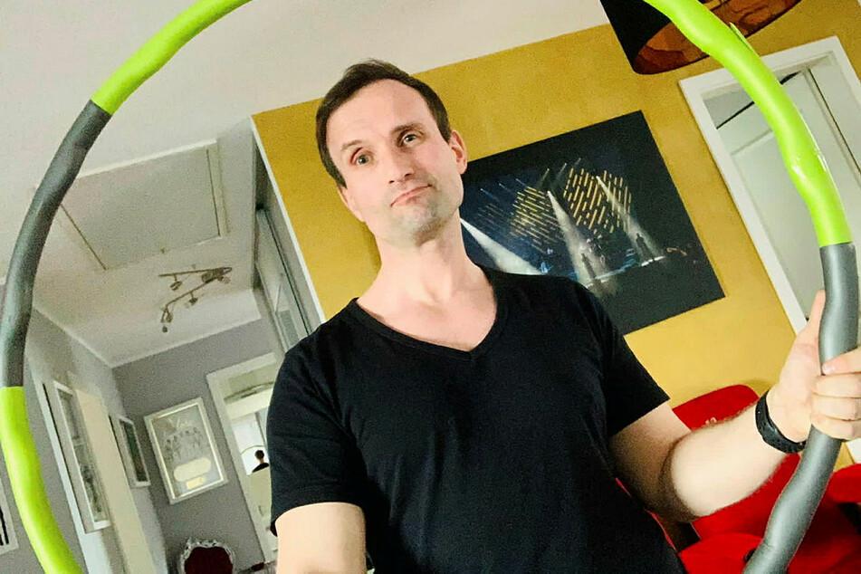 """Opernsänger Nico Müller (39) sagt: """"Hula Hoop gepaart mit Ernährung funktioniert wirklich gut. Ich hullere beim Lesen und TV-Schauen."""""""