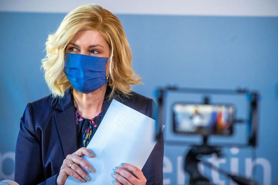 Manuela Schwesig (SPD), die Ministerpräsidentin von Mecklenburg-Vorpommern, trägt zu Beginn einer Pressekonferenz eine Schutzmaske.