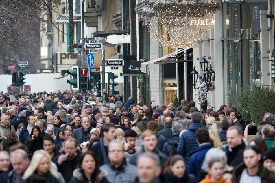 Dichtgedrängt laufen Menschen über die Königsallee in Düsseldorf.