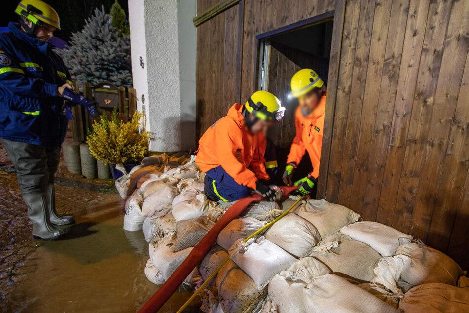 Da helfen auch Sandsäcken nicht mehr weiter: Die Feuerwehr pumpt in Altchrieschwitz ein Gebäude aus.