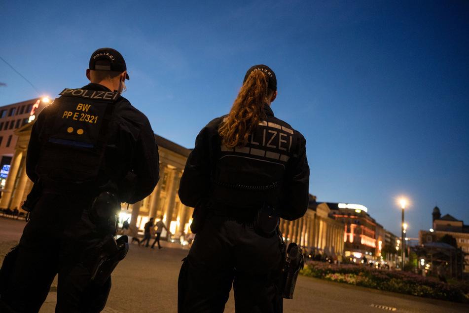 21. Juni: Einsatzkräfte der Polizei stehen am Abend nach den Ausschreitungen in der Nacht auf dem Schlossplatz.