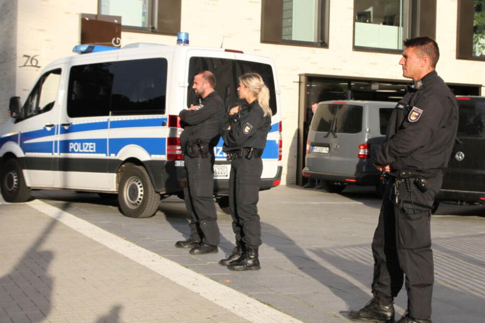 Polizeibeamte sichern das Gebäude ab.