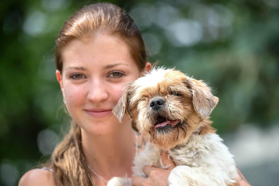 Tierpflegerin Sarah Heinrich (22) mit Sissy (9). Die Shih-Tzu-Hündin genießt die Nähe von Menschen.