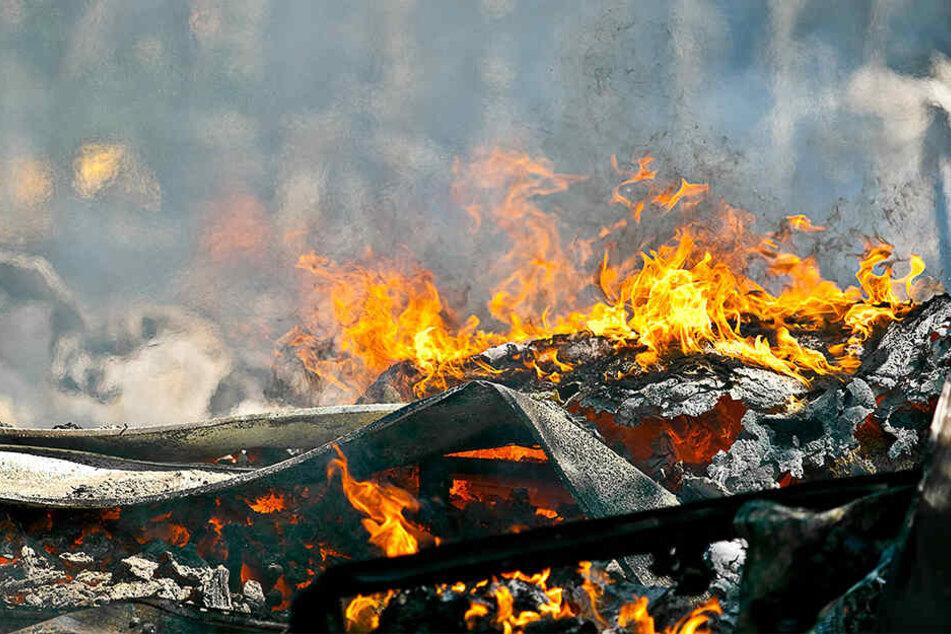 Das Feuer schlug schnell um sich. (Symbolbild)