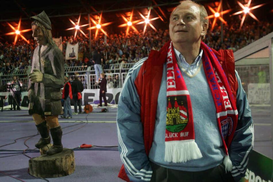 Ja, er lebt noch! Nicht nur der Holzmichl (l.), sondern auch Bayerns jetzt ehemaliger Präsident Uli Hoeneß, der mit den Münchnern 2005 in Aue zum DFB-Pokal zu Gast war.