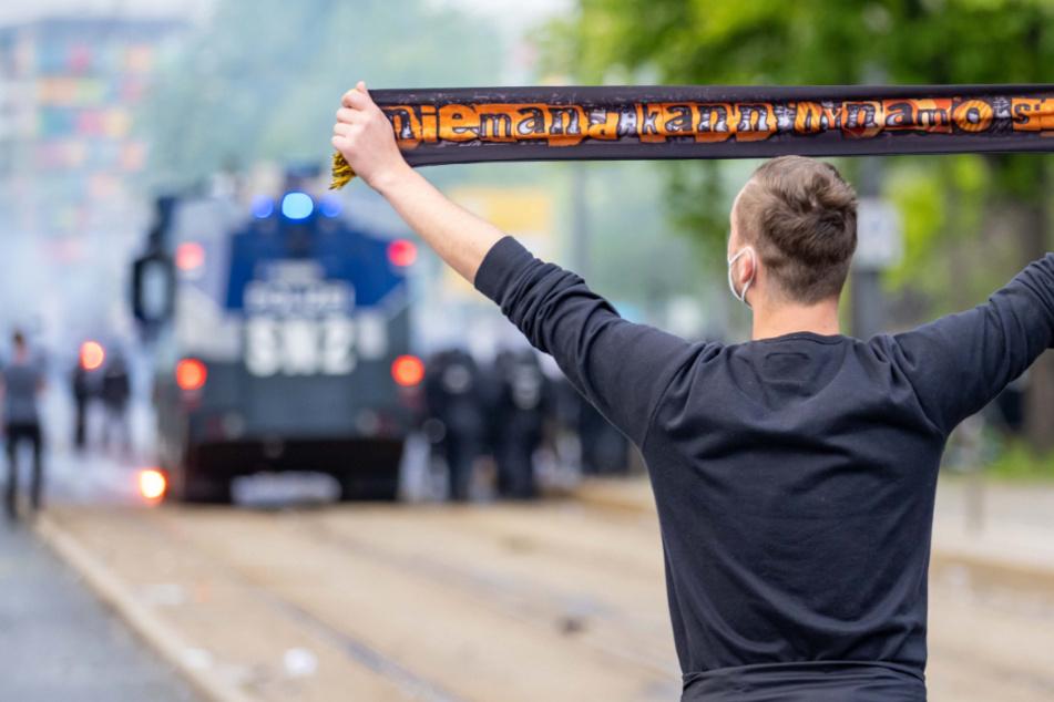 Dieses Foto bildet den Tag in Dresden ab. Die Fans hatten Grund zur Freude. Für die Polizei war es ein Großeinsatz, bei dem auch Wasserwerfer zum Einsatz kamen.