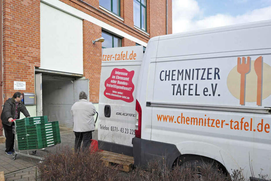 Mit zwei Fahrzeugen sammeln Mitarbeiter übrig gebliebene Lebensmittel ein. Dafür sucht die Chemnitzer Tafel dringend Fahrer.