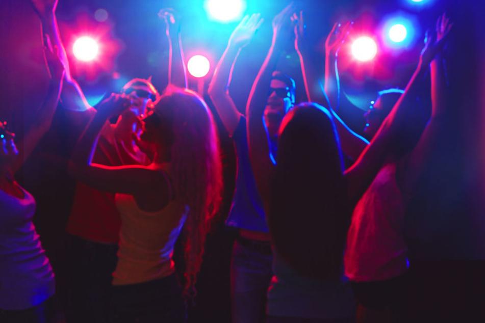 Mehrere Männer belästigten Frauen bei Tanzen. (Symbolbild)