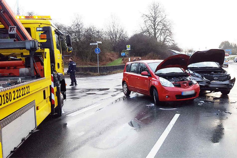 Die Frau (48) wollte mit ihrem roten Nissan abbiegen. Bei dem Aufprall entstand bei beiden Autos Totalschaden.