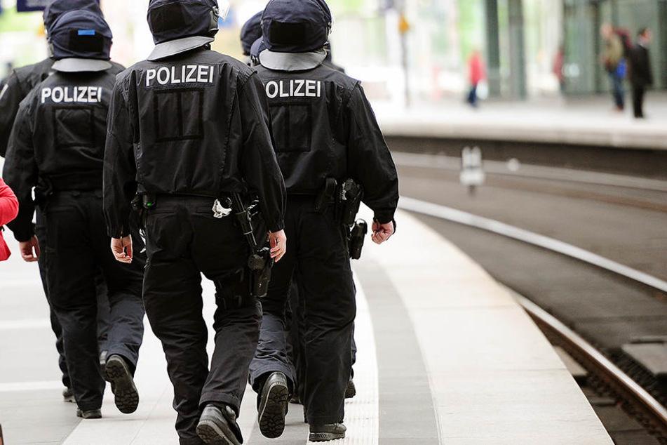 Polizisten am Bahngleis. (Symbolbild)