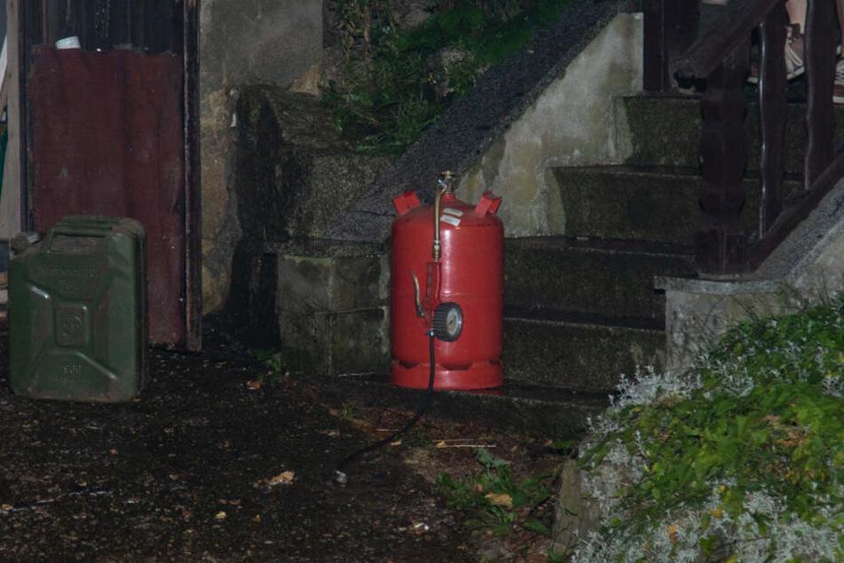 Glück im Unglück: Die Flammen am Auto breiteten sich zum Glück nicht auf die Garage aus, denn da stand unter anderem diese Gasflasche.