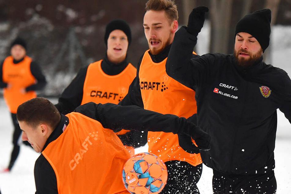 Augen zu und durch. Niklas Kreuzer, Linus Wahlqvist und Marius Hauptmann im Kampf um den Ball mitten im Schnee.