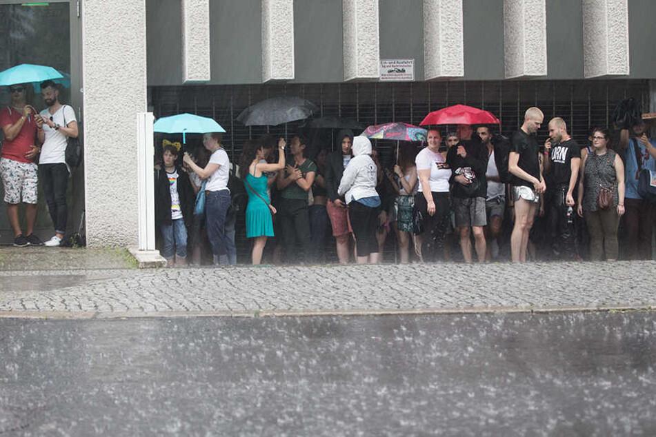 Über viele Stunden herrschte der Ausnahmezustand in Berlin. Wer konnte, stellte sich unter oder wurde in nur wenigen Sekunden von oben bis unten nass.