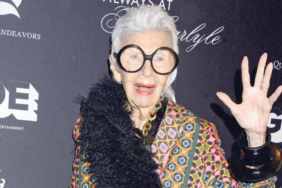 Iris Apfel bekommt ihren ersten Model-Vertrag mit 97 Jahren.