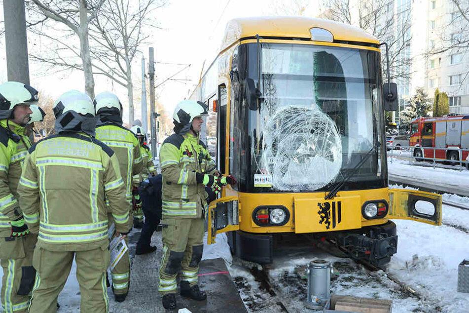 Fußgänger (32) von Straßenbahn in Dresden erfasst: Mann stirbt noch vor Ort