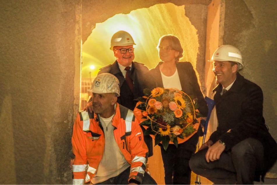 Viele strahlende Gesichter beim Tunneldurchbruch.