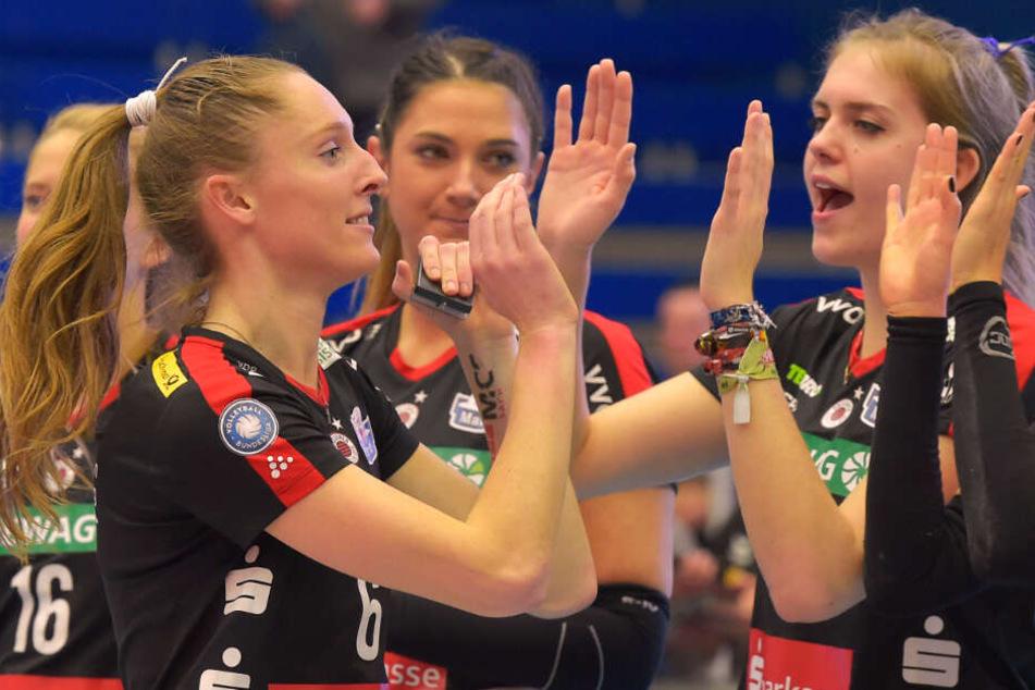 Kadie Rolfzen (l.) erhielt Glückwünsche von ihren Mitspielerinnen nach der Ehrung zur MVP.