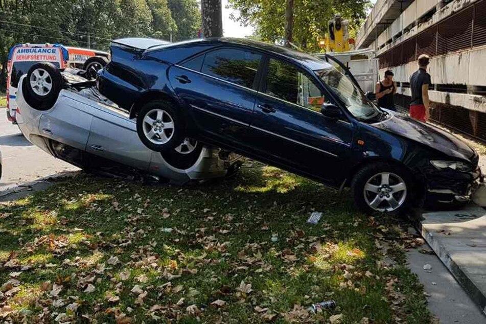 Die zwei Autos krachten nacheinander auf die Rasenfläche.