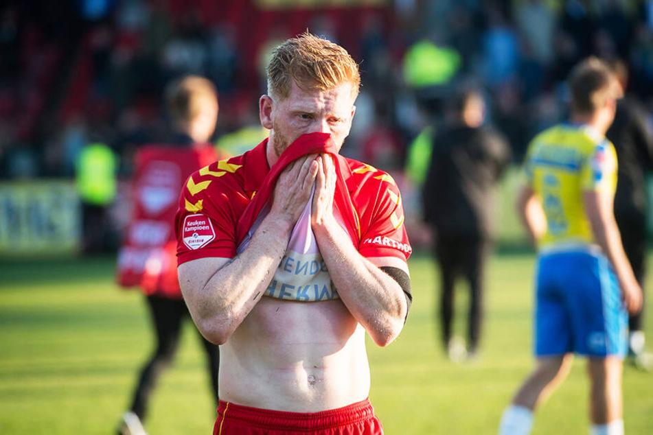 Fassungslos: Eagles-Torschütze Richard van der Venne konnte nicht glauben, dass Deventer sich den Aufstieg in der Nachspielzeit noch aus der Hand nehmen ließ.