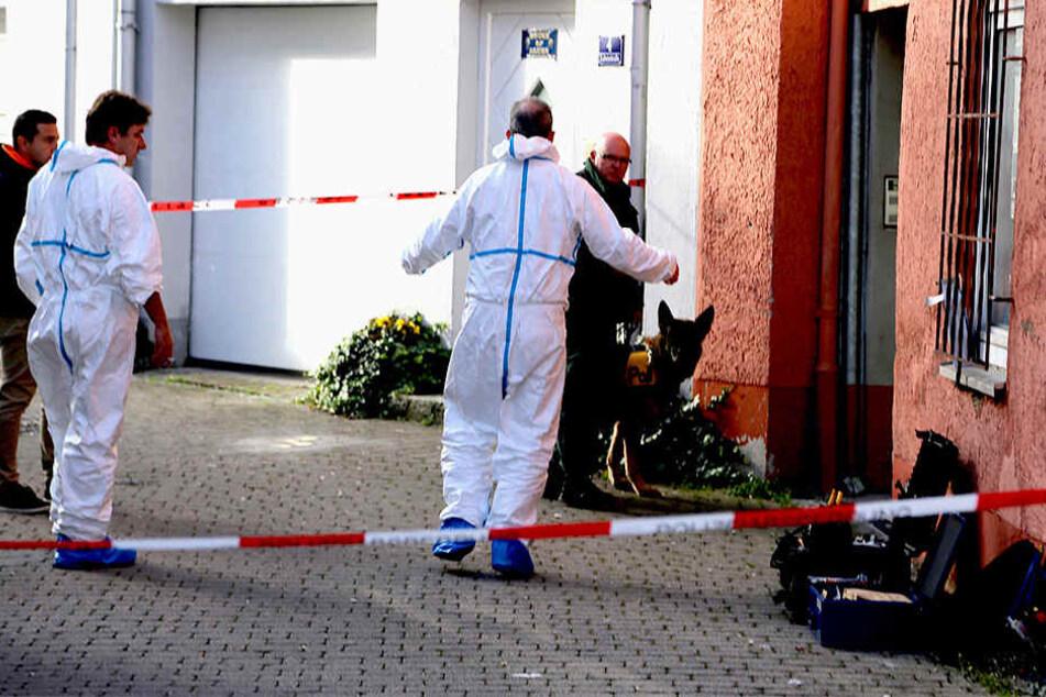 Polizisten durchsuchten eine Wohnung, um Spuren zum Tod einer 35 Jahre alten Frau zu entdecken.