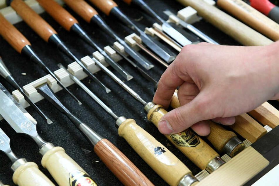 Eine große Auswahl an Stechspateln gehört zur Ausrüstung von Johannes Bänsch.