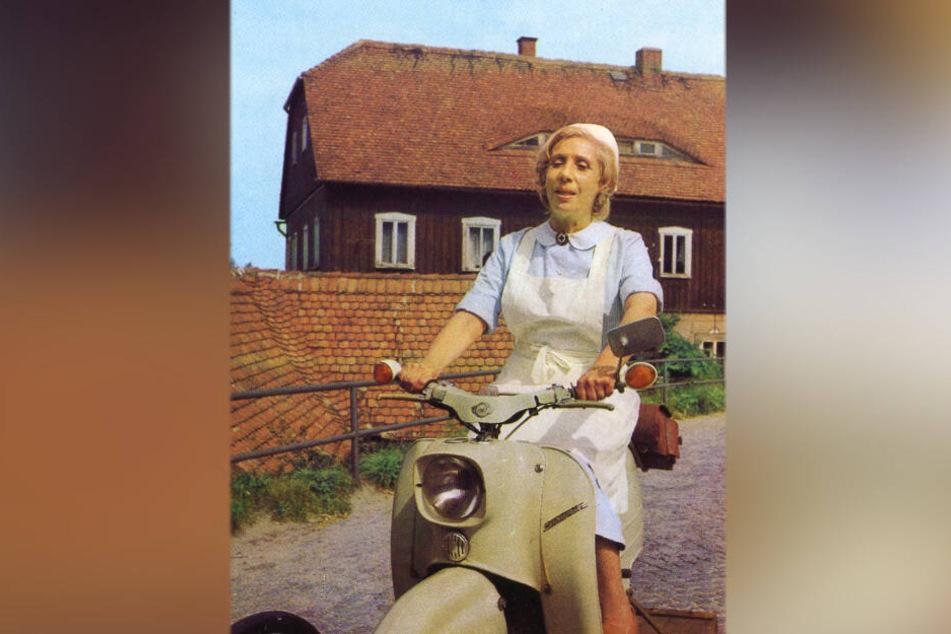 """Szene aus dem DDR-Kultfilm """"Schwester Agnes"""". Sie fuhr mit einem Moped zu den Patienten, in Zwickau kommen Pfleger jetzt mit dem E-Roller."""