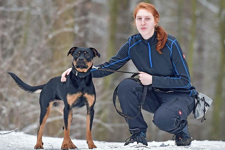 Tierpflegerin Sandra Hänig (21) mit Rottweiler Mix Bella (1).