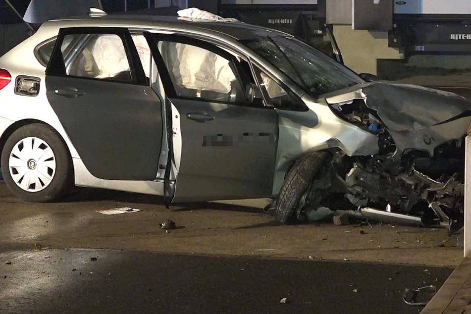 Alle vier Insassen des BMW wurden schwer verletzt.