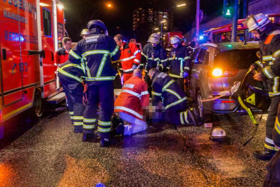 Auto kracht in Ampelmast: Ersthelfer starten Wiederbelebung