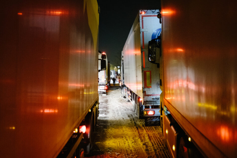 Lastkraftwagen stehen dicht gedrängt auf einer Fahrbahn der Autobahnraststätte Garbsen Nord.