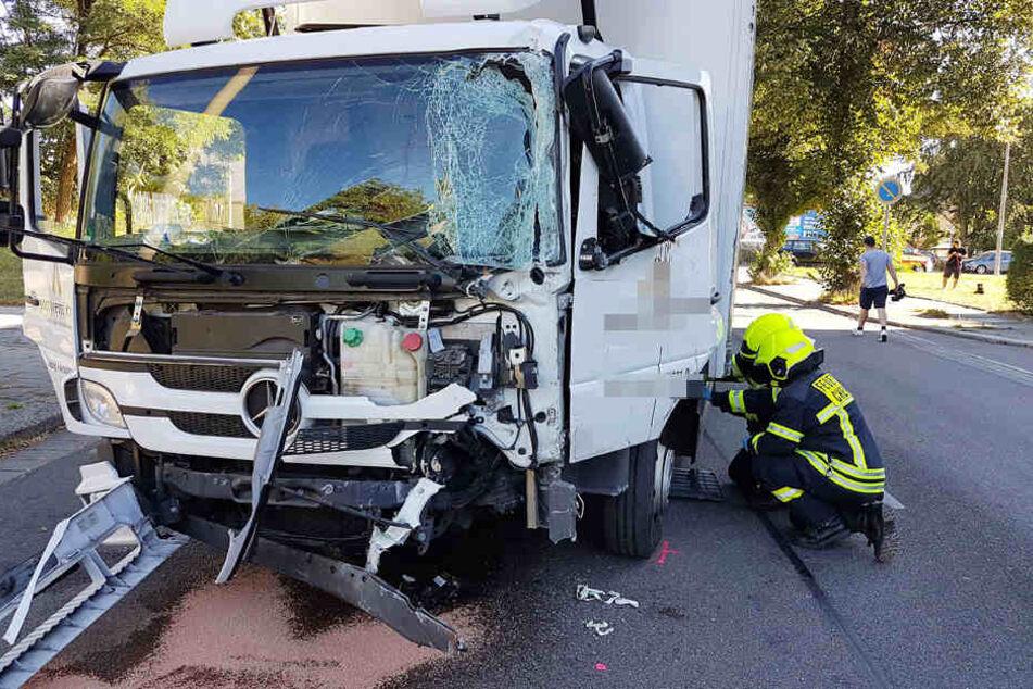 Bei der Kollision mit dem Linienbus wurde der LKW-Fahrer schwer verletzt.