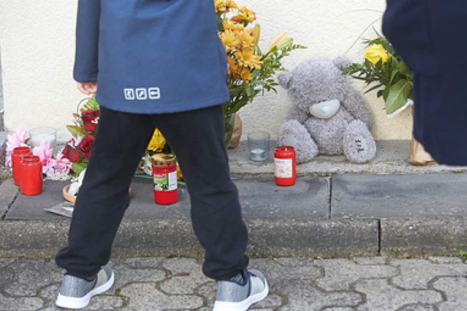 Zahlreiche Trauerbekundungen sammeln sich bereits vor dem Kindergarten in Bad Breisig.
