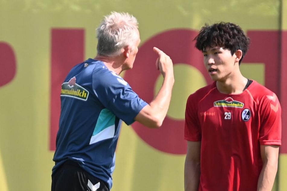 Christian Streich (l.) spricht mit Wooyeong Jeong kurz nach seiner Verpflichtung.