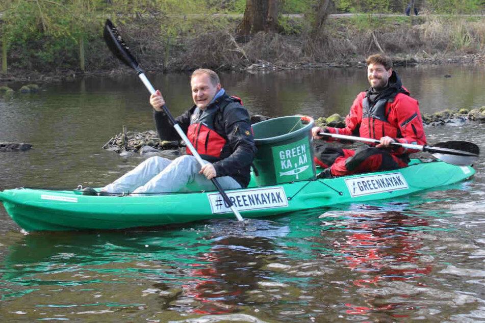 Umweltsenator Jens Kerstan (links) und Tobias Weber-Andersen, Gründer von Green Kayak, bei einer Testfahrt auf der Alster.