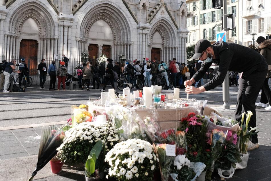 """Trauer vor der Basilika """"Notre-Dame"""" in Nizza nach dem Terror-Angriff."""