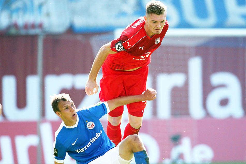 Alexander Sorge, hier im Duell mit Tobias Jänicke (l.), bestritt vor einem Jahr beim 0:5 in Rostock sein letztes Drittligaspiel.
