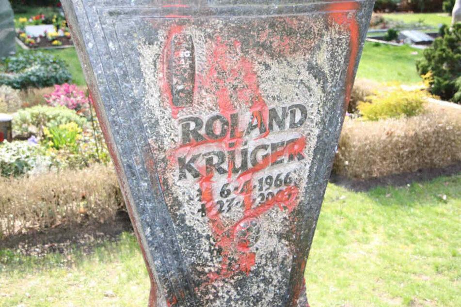 Das verwüstete Grab des erschossenen Roland Krügers.