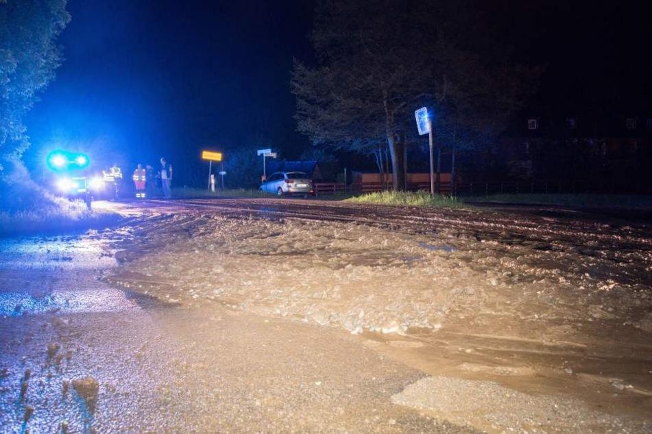 Bei dem Gewitter wurden Schlamm und Geröll auf eine Straße bei Schlettau gespült.