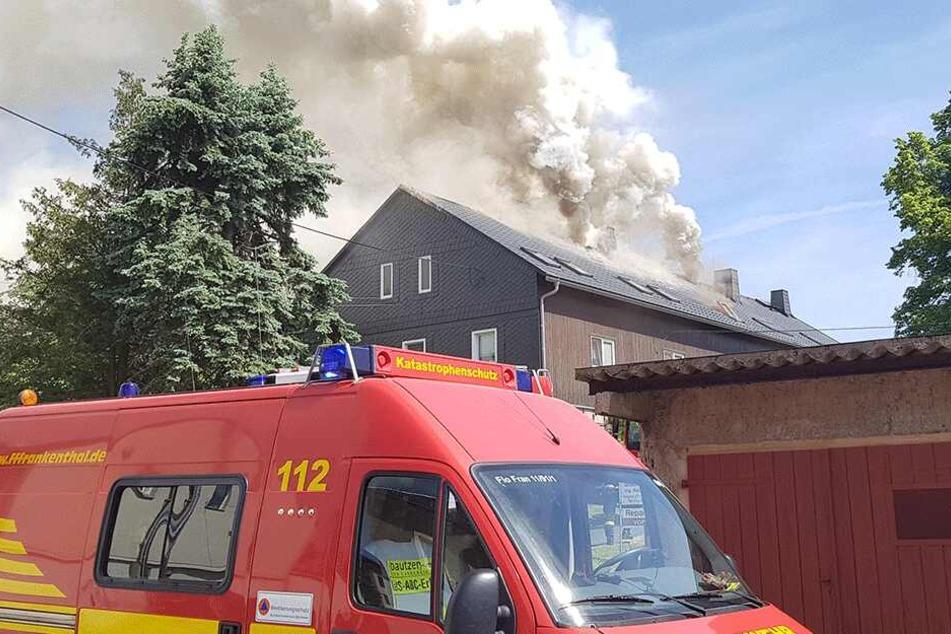 Wie lange die Einsatzkräfte noch gegen den Brand ankämpfen werden, ist unklar.