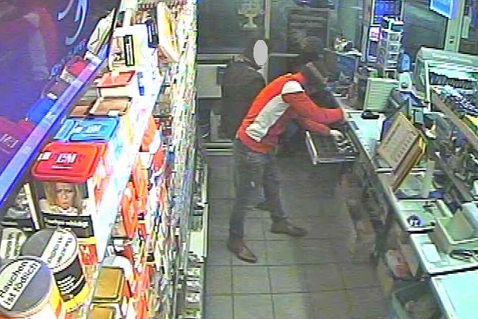 Um besser ans Geld zu kommen, legte der Täter seine Waffe ab.