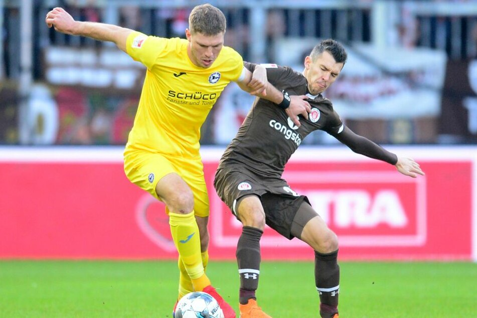 Bielefelds Fabian Klos (l) und Hamburgs Waldemar Sobota kämpfen um den Ball.