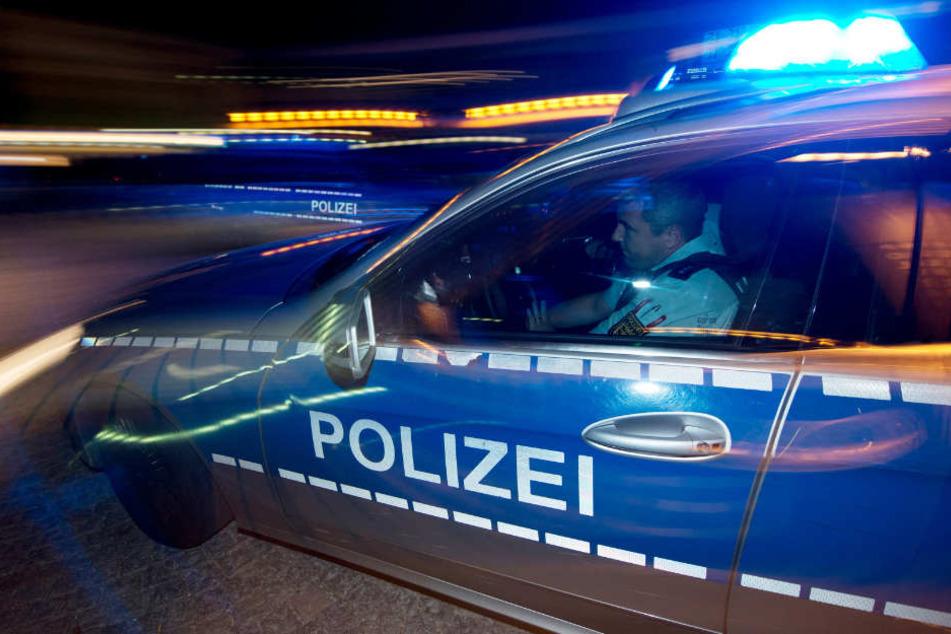 Im Wagen fanden die Beamten den 21 Jahre alten Fahrer schlafend vor. (Symbolbild)