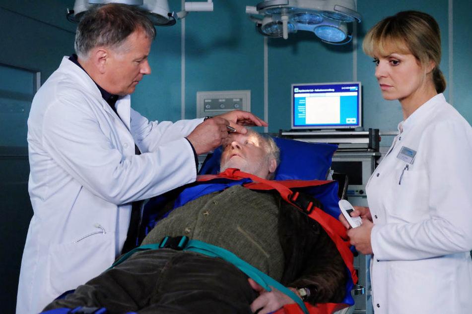 Dr. Roland Heilmann untersucht Opa Hilger. Der war auf der Fahrt nach Leipzig bewusstlos zusammengebrochen.