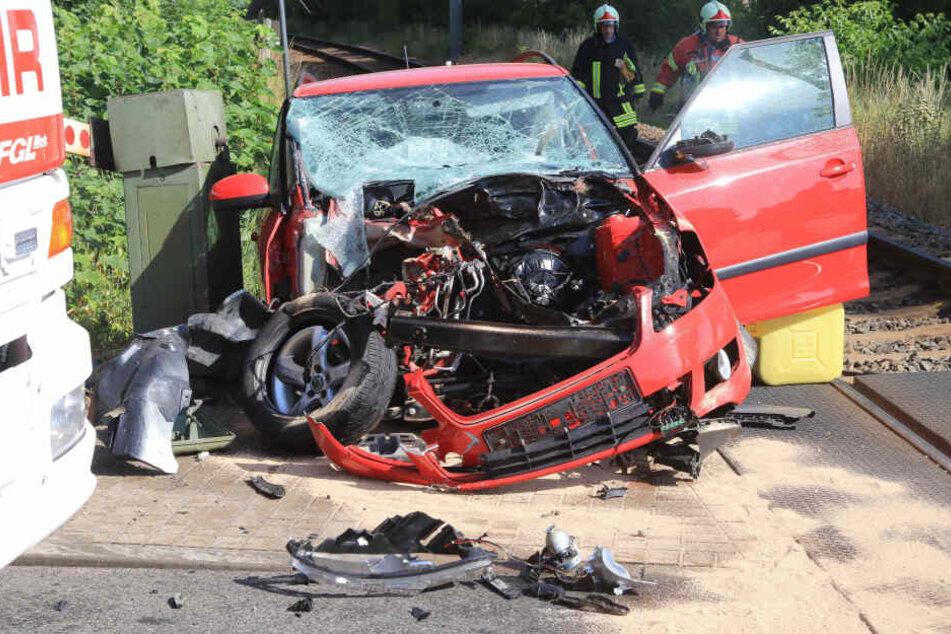 Frau wird in ihrem Auto von Zug erfasst und schwer verletzt