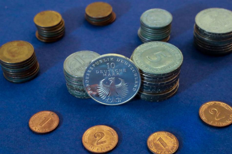 Alte D-Mark-Münzen werden eingeschmolzen, Scheine geschreddert und verbrannt.