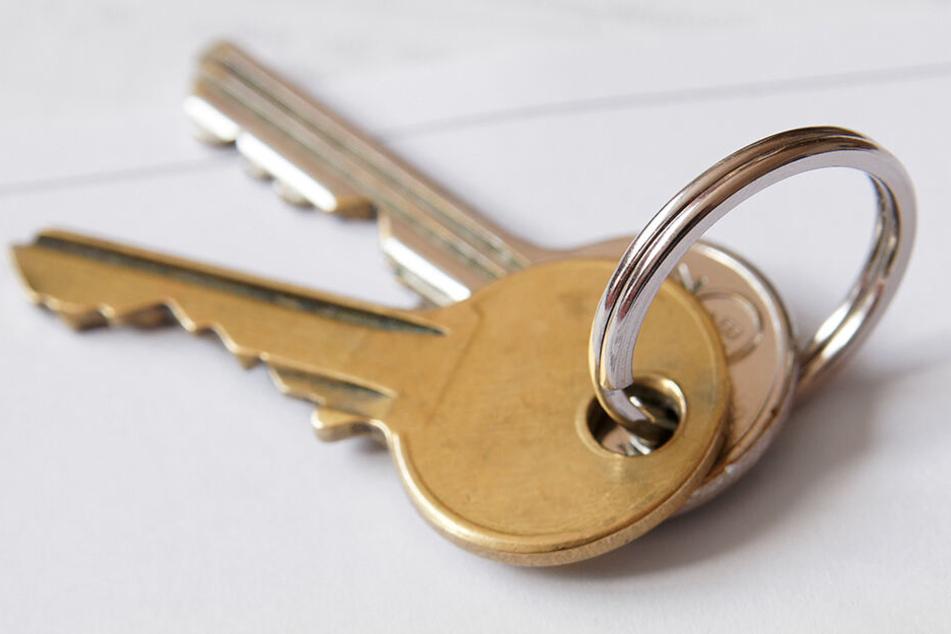 Der 39-Jährige hatte die Schlüssel in der Wohnung vergessen und wollte über das Dach in die Wohnung einsteigen.