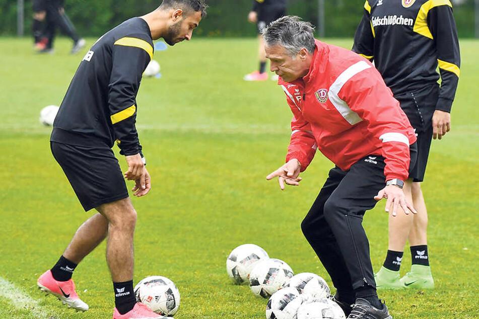 Dynamo-Coach Uwe Neuhaus (M.) griff in dieser Woche im Training aktiv ein, erklärt hier Akaki Gogia die Torabschlussübung.