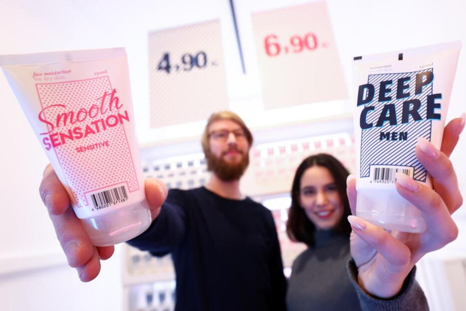 Pflegeprodukte für Männer und Frauen werden bei einem Pressetermin der Verbraucherzentrale Hamburg und der Agentur Serviceplan Campaign International gezeigt.